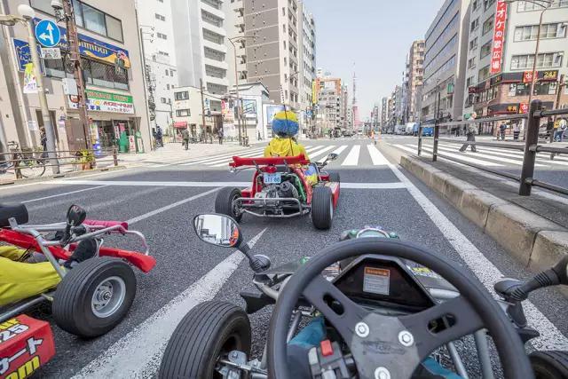 他把卡丁车开上东京街头,连围观的日本人都惊呆了